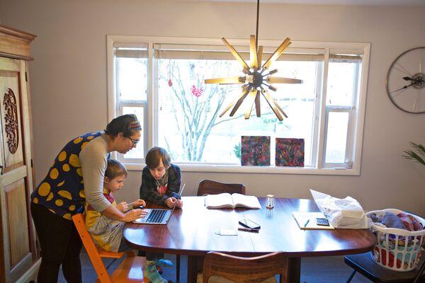 у Орегону Оливија Бакс помаже свом сину Киту са домаћим задатком са интернета. - Sputnik Србија