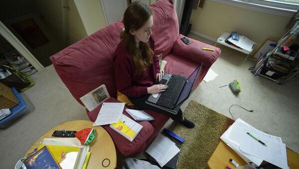 Кирстен Мартин учится удаленно из дома в Кеннесо, штат Джорджия - Sputnik Србија