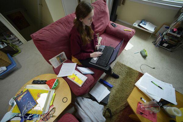 Кирстен Мартин, шеснаестогодишња ученица средње школе ради домаће задатке од куће због епидемије у месту Кенсо у Џорџији.  - Sputnik Србија