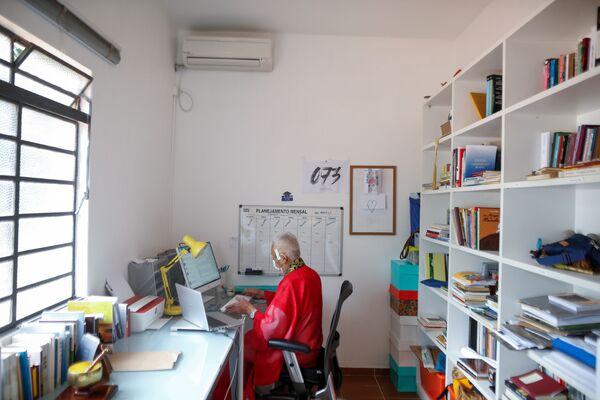 Будистички монах Адемар Кјотоши Сато ради у својој кући, која је у храму у Бразилији. - Sputnik Србија
