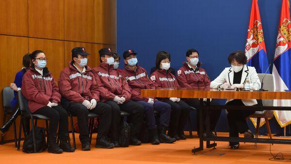 Амбасадорка Кине у Србији Чен Бо и кинески лекари на конференцији за новинаре - Sputnik Србија