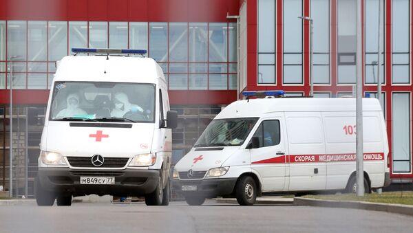 Возила хитне помоћи испред болнице у Москви - Sputnik Србија