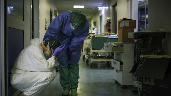 Medicinske sestre u zaštitnim odelima u bolnici Kremona u Milanu, Italija - Sputnik Srbija