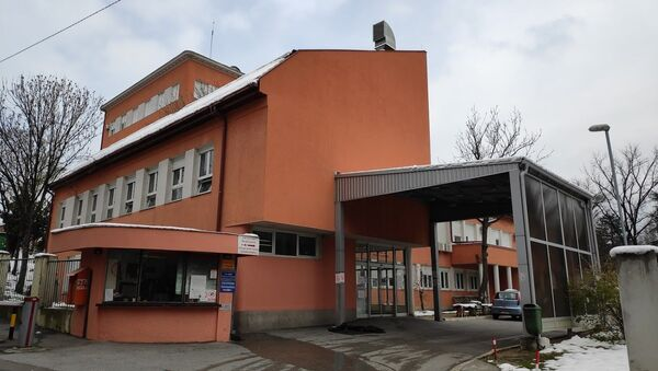 Улаз у Клиничко-болнички центар Звездара, који прима оболеле од вируса корона - Sputnik Србија