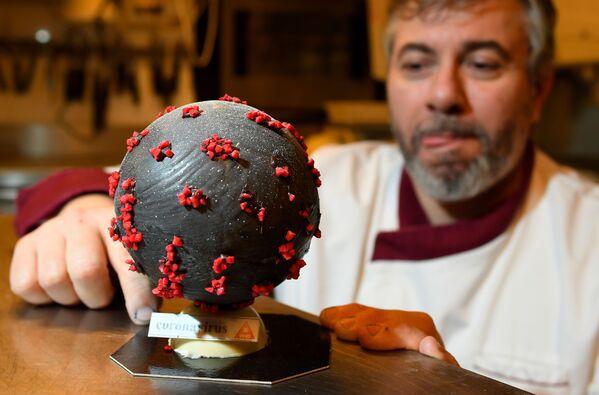 Кондитор Жан-Франсоа Пре и чоколадно јаје које изгледа као модел вируса корона - Sputnik Србија