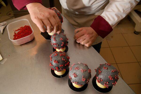 Кондитор Жан-Франсоа Пре припрема чоколадно јаје које изгледа као модел вируса корона - Sputnik Србија