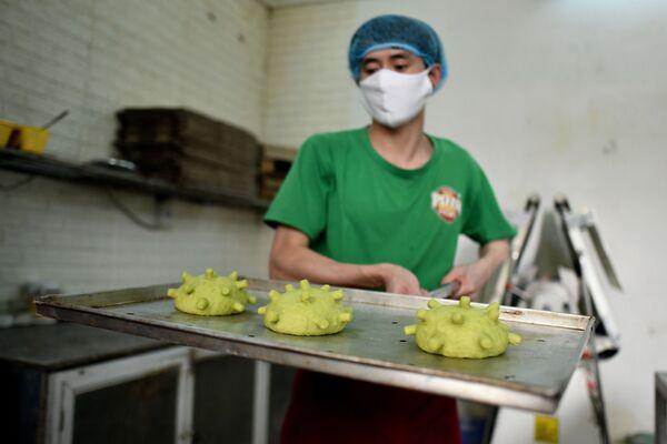 Вијетнамски кувар Данг Ван Ку припрема лепиње за бургере инспирисане изгледом вируса корона. - Sputnik Србија