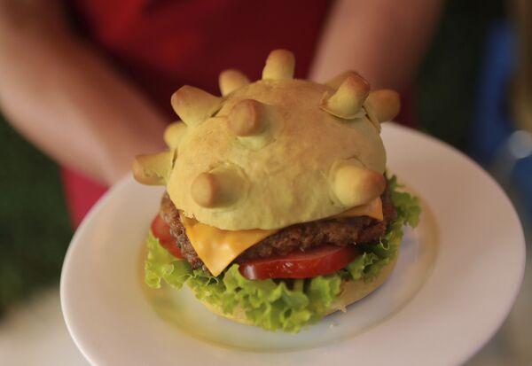 Бургер инспирисан изгледом вируса корона у једном ресторану у Ханоју. - Sputnik Србија