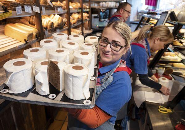 Посластичарница у Дортмунду продаје торте у облику ролни тоалет-папира - Sputnik Србија