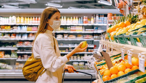 Девојка са маском купује воће у супермаркету - Sputnik Србија