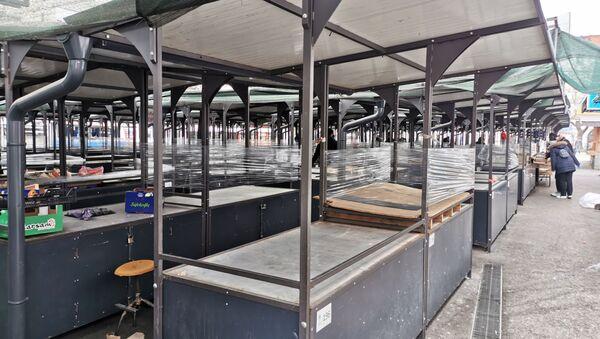 Plastičnim folijama zaštićene su i prazne tezge na Bajlonijevoj pijaci. - Sputnik Srbija