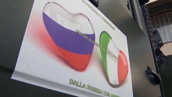 Из Русије с љубављу налепница на возилу Министарства одбране Русије које вози помоћ коју је Русија послала Италији за борбу против вируса корона КОВИД-19 - Sputnik Србија