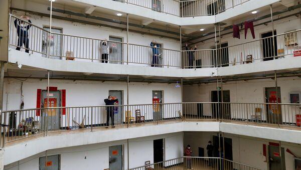 Пацијенти отпуштени из болница након што су се излечили од новог вируса корона КОВИД-19, вежбају у карантинском центру у кинеском Вухану - Sputnik Србија