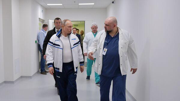 Predsednik Rusije Vladimir Putin tokom posete bolnici - Sputnik Srbija