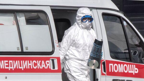 Lekar hitne pomoći s rendgenom pluća pacijenta za koga se sumnja na virus korona  - Sputnik Srbija