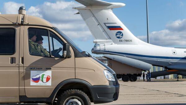 Припадници руске војске утоварују у теретни авион медицинску опрему и специјална возила за дезинфекцију намењене Италији - Sputnik Србија