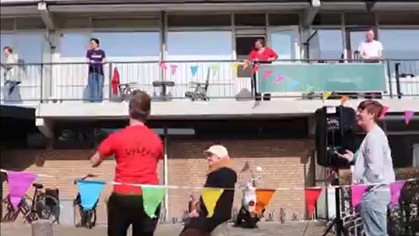 Житељи дома за старе у Холандији плешу у карантину - Sputnik Србија