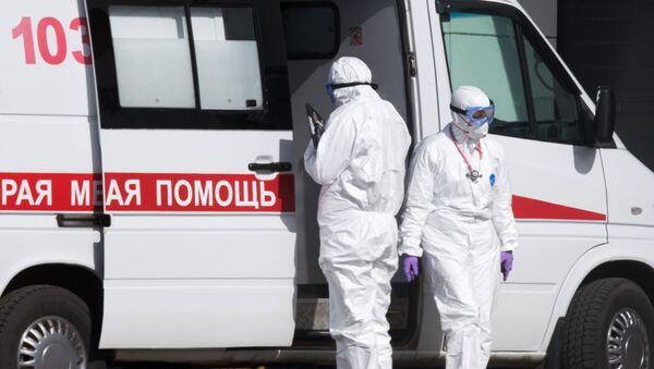 Ekipa hitne pomoći ispred bolnice za pacijente sa virusom korona u Moskvi - Sputnik Srbija