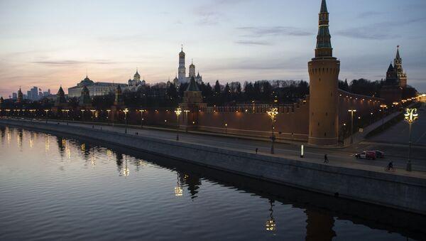 Празна улица поред зидина Кремља због увођења карантина у Москви - Sputnik Србија