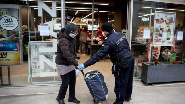 Припадница МУП-а Србије помаже суграђанки на улици - Sputnik Србија