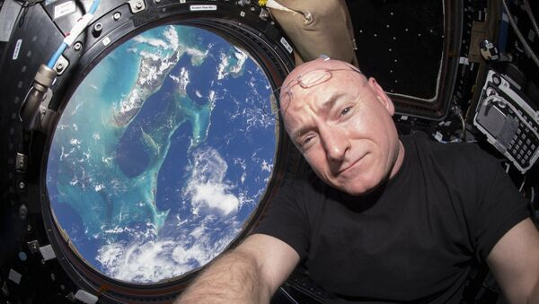 Astronaut NASA Skot Keli u specijalnom modulu Međunarodne svemirske stanice sa kojeg se vidi Zemlja - Sputnik Srbija
