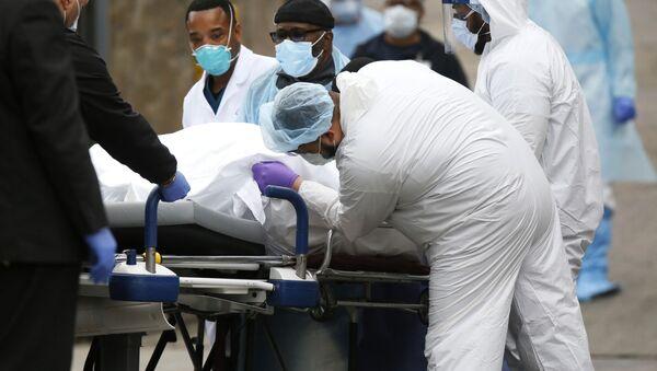 Лекари превозе преминулог од вируса корона у болницу у Бруклину у Њујорку - Sputnik Србија