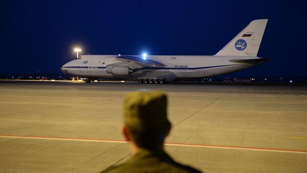 Vojnik posmatra sletanje aviona An-124-100 Ruslan  - Sputnik Srbija