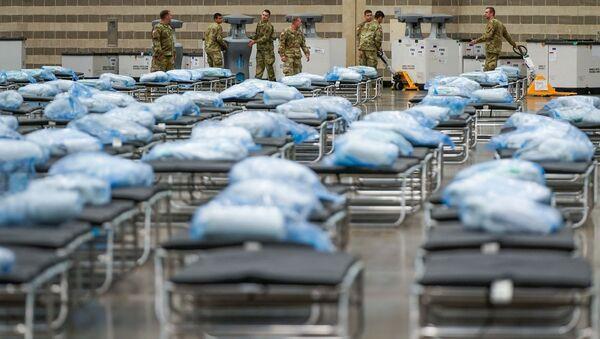 Američki vojnici postavljaju krevete i medicinsku opremu u improvizovanu bolnicu u Dalasu - Sputnik Srbija