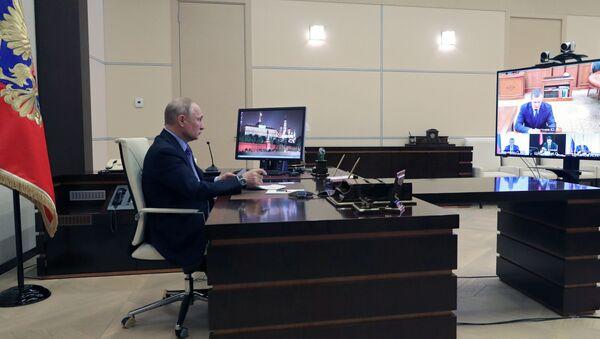 Predsednik Rusije Vladimir Putin tokom video-poziva sa predstavnicima federalnih okruga - Sputnik Srbija