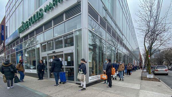 Njujork, Bruklin - na ulicama nema ljudi koji šetaju, samo redovi ispred samoposluga i apoteka - Sputnik Srbija