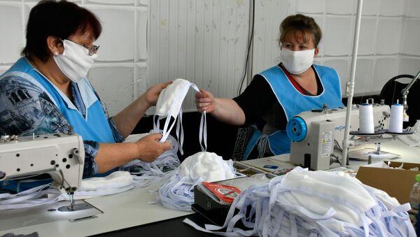 Раднице у фабрици шију заштитне маске - Sputnik Србија