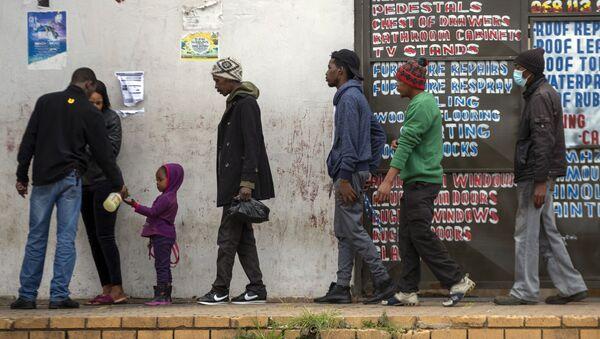 Afrikanci čekaju u redu za prodavnicu - Sputnik Srbija