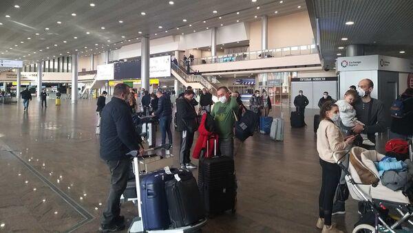 Državljani Srbije na moskovskom aerodromu Šeremetjevu, koji čekaju let za Beograd - Sputnik Srbija
