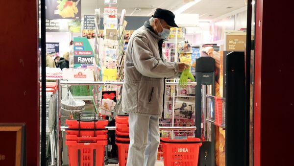 Пензионер у продавници са маском - Sputnik Србија