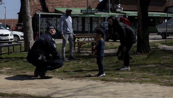 Полиција у Звездарској шуми у Београду за време ванредног стања - Sputnik Србија