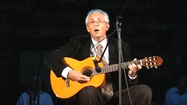 Dr Predrag Kon svira gitaru i peva - Sputnik Srbija