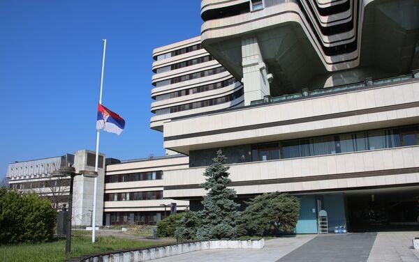 Застава Србије на пола копља ипсред зграде ВМА - Sputnik Србија
