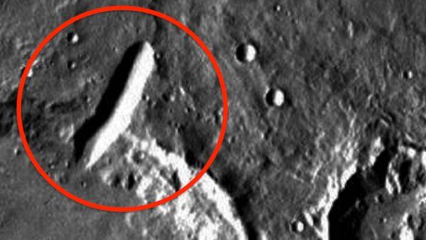 Скриншот сателитске слике површине Марса, црвеном бојом заокружено је оно што Скот Воринг назива зградом на ивици кратера. - Sputnik Србија