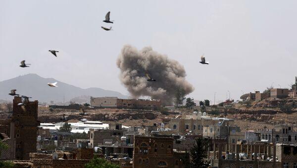 Vazdušni napad saudijske koalicije na Sanu u Jemenu - Sputnik Srbija