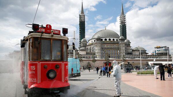 Дезинфенкција трамваја у центру Истанбулу ради спрчавања ширења вируса корона. - Sputnik Србија