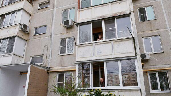 Stanovnici zgrade u Krasnodaru na balkonima tokom samoizolacije zbog epidemije virusa korona - Sputnik Srbija