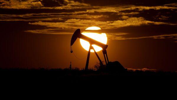 Zalazak sunca iza crpne pumpe za naftu u Teksasu - Sputnik Srbija