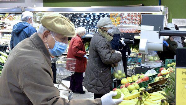 Građani stariji od 65 godina u kupovini - Sputnik Srbija