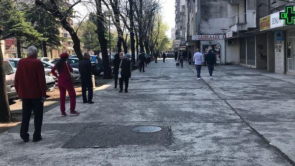Red ispred apoteke u Podgorici. Građani poštuju preporučenu međusobnu udaljenost - Sputnik Srbija