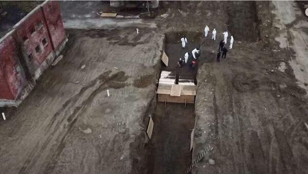 Iskopavanje masovnih grobnica u Njujorku i polaganje kovčega u njih - Sputnik Srbija