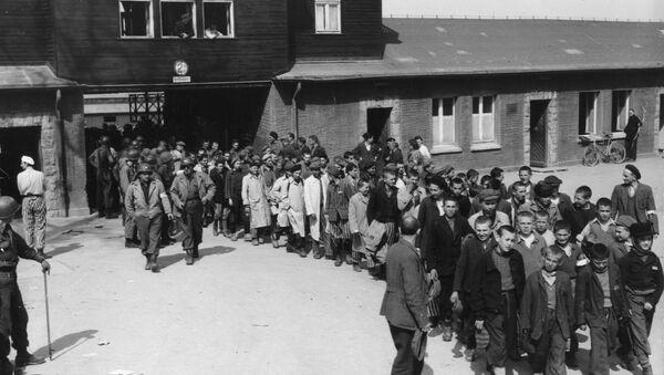 У априлу 1945. концентрациони логор Бухенвалд ослободиле су америчке трупе Треће армије које су дошле у Немачку. Ослобођени затвореници марширају из злогласног логора у којем је умрло више од 50.000.  - Sputnik Србија