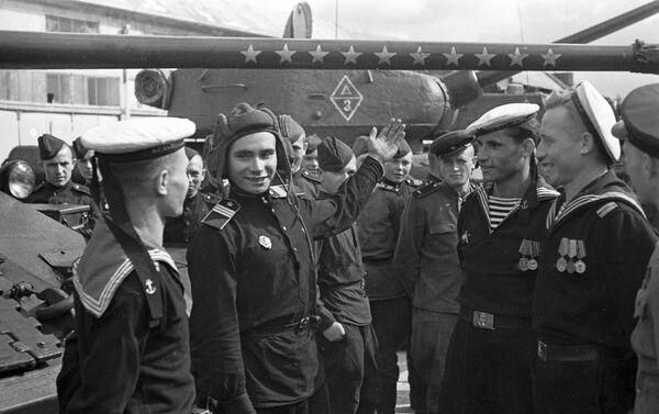 Морнари црвеноармијске Балтичке флоте на обилазе тенкисте након ослобађања града Кенигсберга. - Sputnik Србија