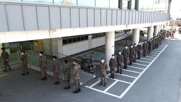 Vojnici sa maskama na licu stoje u redu za glasanje na izborima u Južnoj Koreji - Sputnik Srbija