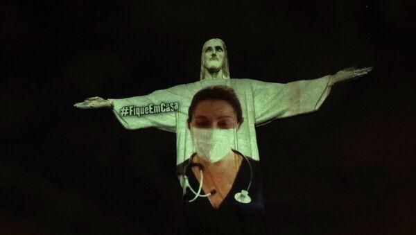 Слика докторке пројектована на статуу Христа Спаситеља у Рио де Жанеиру - Sputnik Србија