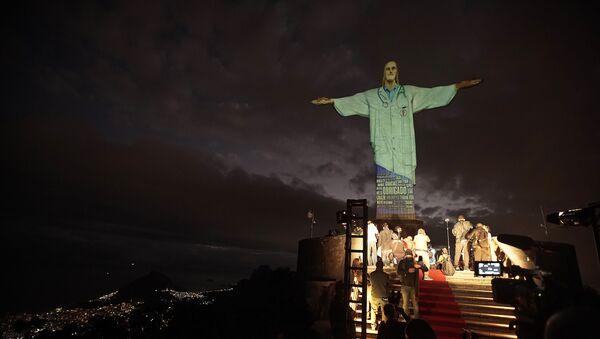 Статуа Христа Спаситеља у Рио де Жанеиру обучена у бели докторски мантил - Sputnik Србија
